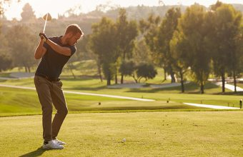 How to swing a golf club for golf beginners